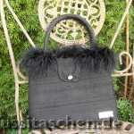 Handtasche aus schwarzer Dupionseide mit Marabufedern und Strassknopf. Innenfutter magenta. 228,- €
