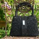 Handtasche aus schwarzem geknittertem Stoff