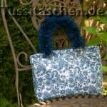 Handtasche aus Baumwolle mit blauem Paisleymuster und Puschelgriff. Innenfutter jeansblau. Verkauft.