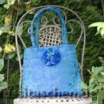 Handtasche aus blaugrünem Jaquard, Pompon-Verschlussverzierung aus Chiffon und Organza mit Perlen bestickt. Innenfutter blau. Scharlachrote Dupionseide mit schwarzem Federrand. Innenfutter schwarz. Verkauft.