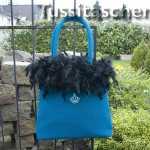 Handtasche aus petrolfarbener Wolle mit schwarzem Federrand. Innenfutter mint. Scharlachrote Dupionseide mit schwarzem Federrand. Innenfutter schwarz. Verkauft.