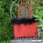 Handtasche aus roter Seide mit schwarzem Marabufederrand. Innenfutter rot-perlgrau-weiß-schwarze Blumenornamente. Scharlachrote Dupionseide mit schwarzem Federrand. Innenfutter schwarz. Verkauft.