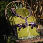 Moosgrüner Rucksack mit violetten Dekorationen